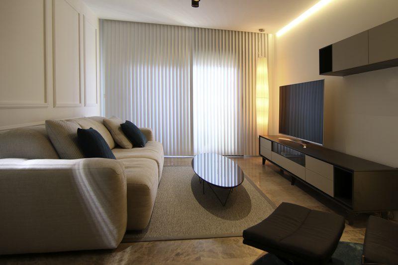 Salón con cortinero y cortinas de lamas.