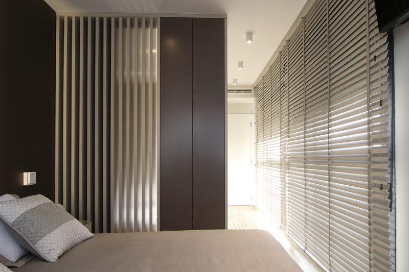 Estancia con muebles de líneas rectas y lisas.
