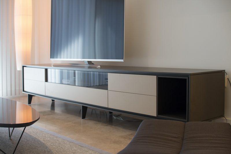 Detalle del mobiliario de TV.