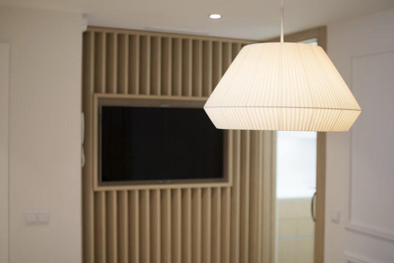 Detalle de la luminiaria del comedor y de la TV.