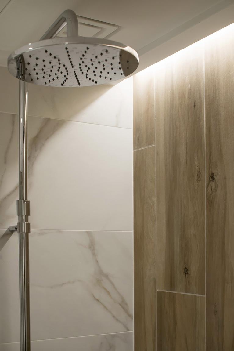 Detalle de iluminación de la ducha.