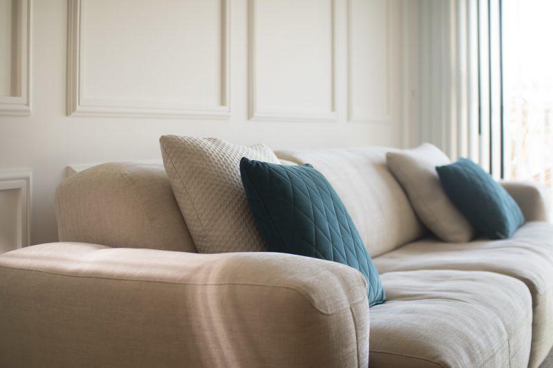 Detalle del sofá de la vivienda.