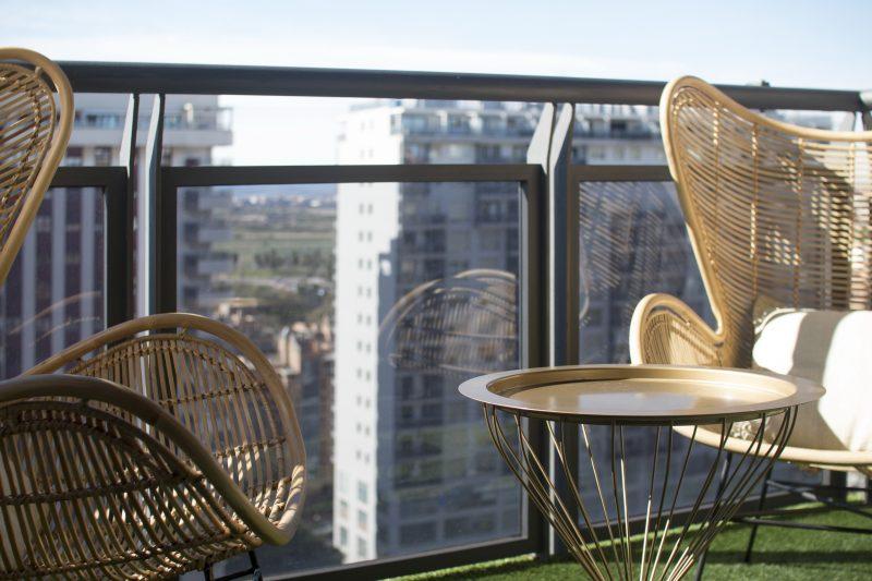 balcón con césped artificial